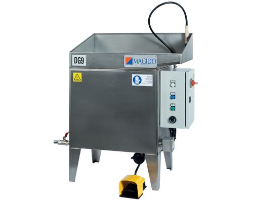 Dispozitiv pentru curatarea pieselor cu apa calda si perie actionat cu pedala